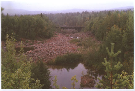 Вид с дамбы Кумской ГЭС на старое русло и остаток моста