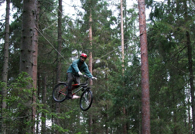 участник гонки на велосипеде в воздухе
