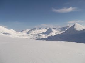 Вид на пер. Оранжевый, долины Яныр-Амутис и Талы Светлинской