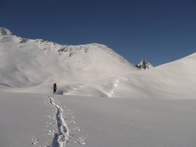 Вид на перевал Озёрный и г. 2239,2 с озёр Яныр-Амутис
