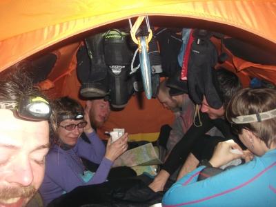Вшестером в Ferrino Snowbound 3: спать тесно, а сидеть нормально, даже для карт место остаётся